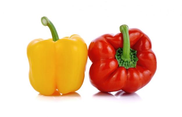 Gele en rode zoete paprika of paprika op wit wordt geïsoleerd