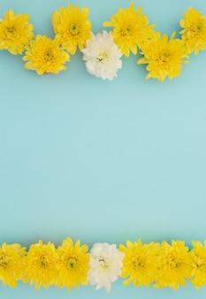 Gele en witte bloemen op blauw