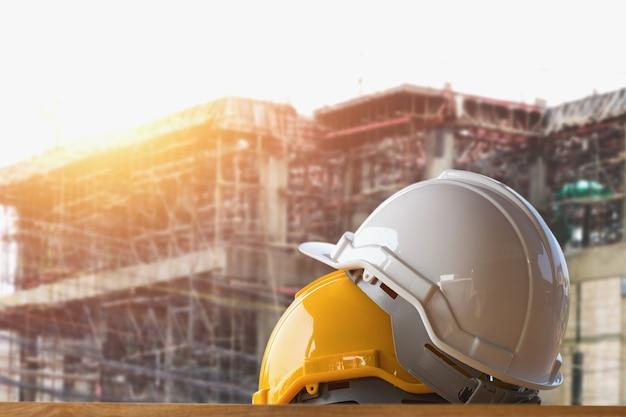 Gele en witte helmveiligheid in bouwwerf
