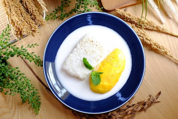 Gele en witte kleefrijst met melksoep