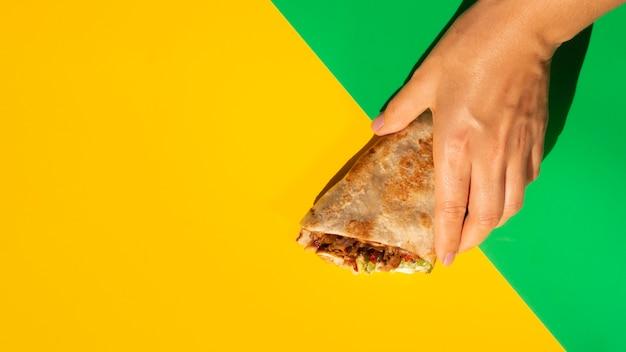 Gele exemplaar ruimteachtergrond en heerlijke mexicaanse taco