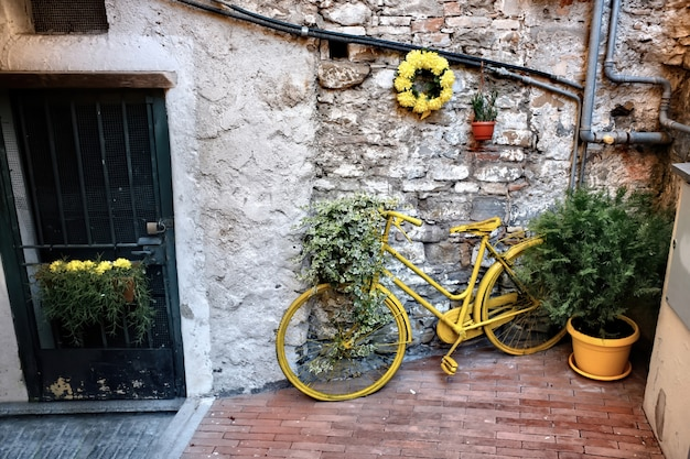 Gele fiets in sanremo, italië