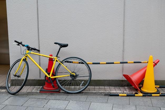 Gele fiets met zwarte wielen