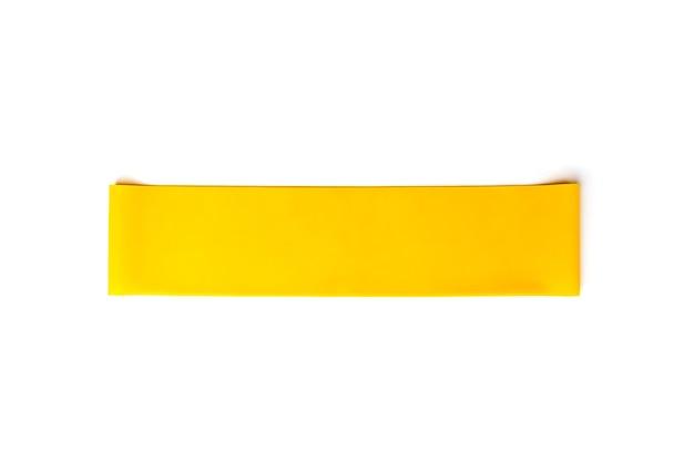 Gele fitness elastische band voor sport geïsoleerd op een witte achtergrond.