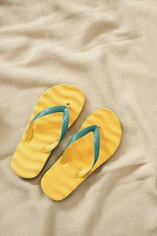 Gele flip-flops, zomervakantie concept