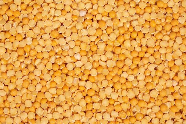 Gele gehakte erwten. peulvruchten achtergrond.
