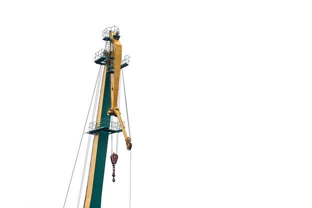 Gele geïsoleerde havenkraan. kraan voor zware ladingen in zeehaven, vrachtcontainerwerf, containerschipterminal. zaken en commercie, logistiek