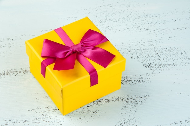 Gele geschenkdoos met strik