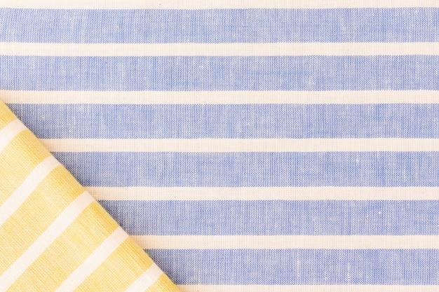 Gele gevouwen stof op linnen textuur achtergrond