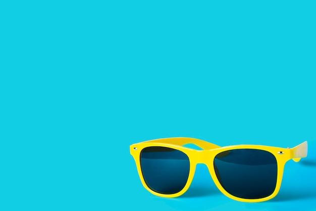 Gele glazen die op een blauw worden geïsoleerd