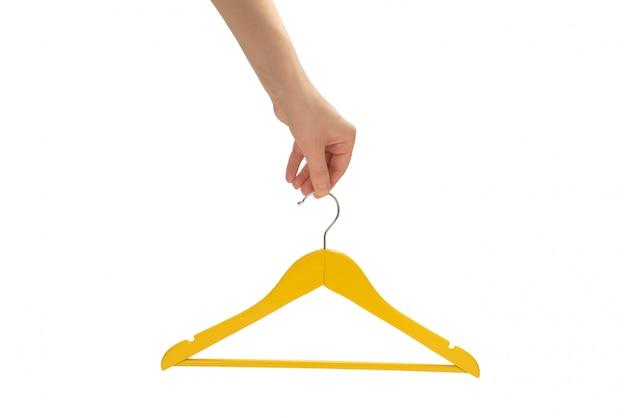 Gele hanger in vrouwenhand die op wit wordt geïsoleerd.