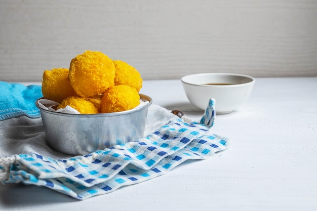 Gele heerlijke gebakken bollenkaas