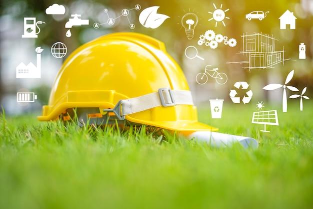 Gele helm op groen met ecologische pictogrammen