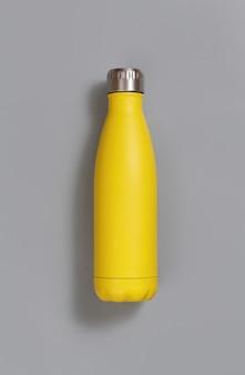 Gele herbruikbare geïsoleerde fles op geel bovenaanzicht
