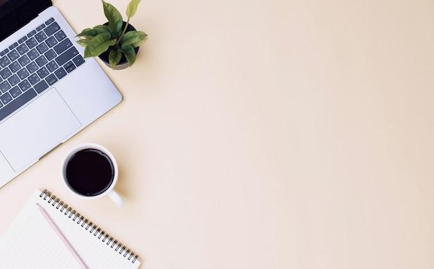 Gele het bureaulijst van de bureauwerkruimte met laptop, mobiele koffie, notitieboekje, installatie. plat leggen