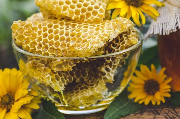 Gele honingraat slice. honingcel slice. kom met verse honingraten en honing