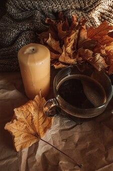 Gele kaars grote mok zwarte koffie in een gezellig huis herfstavond stilleven warme oranje tinten