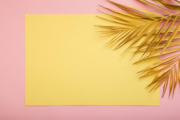 Gele kaart kopie ruimte voor tekst in frame gouden palmtak. tropische palm verlof zomer achtergrond