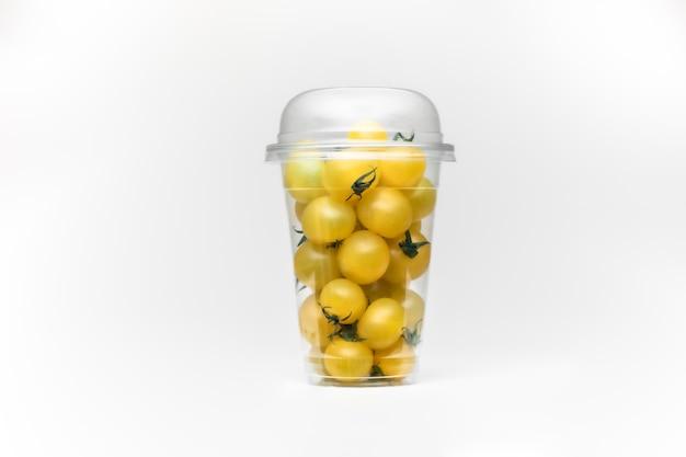Gele kers, geweldig ontwerp voor elk doel. witte tafelruimte. geïsoleerde gele ruimte. tomaten geïsoleerd. cherry ruimte.