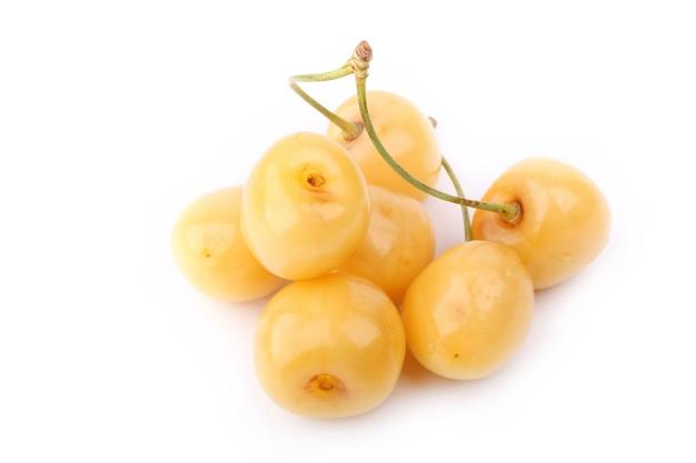 Gele kersen geïsoleerd op witte achtergrond