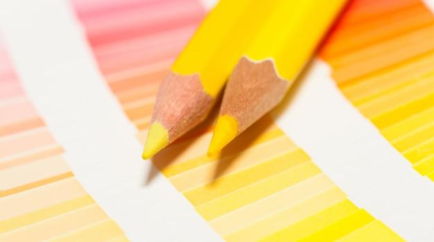 Gele kleurpotloden en kleurenkaart van alle kleuren