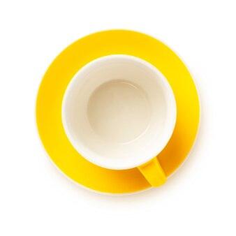Gele kop met schotel geïsoleerd op wit, plat leggen