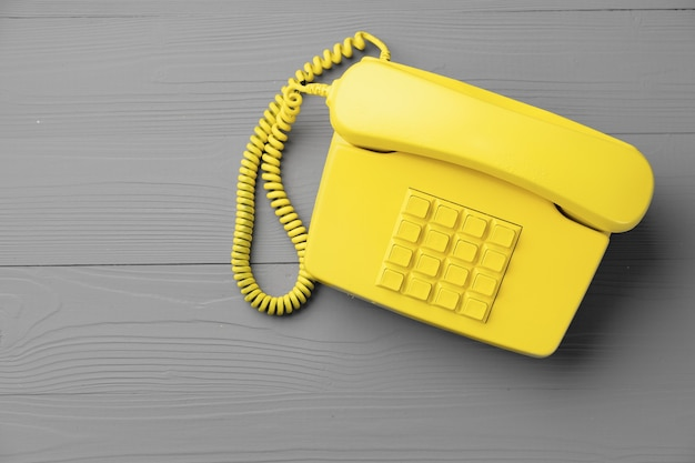 Gele .landline telefoon op grijs