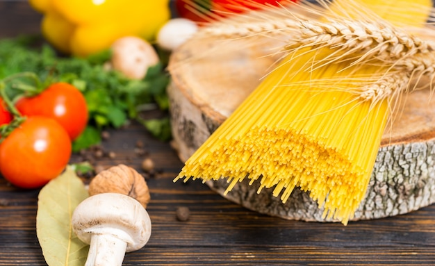 Gele lange spaghetti met een tak van tarwe