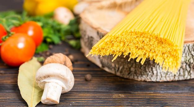 Gele lange spaghetti op houten standaard