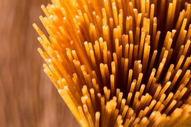 Gele lange spaghetti