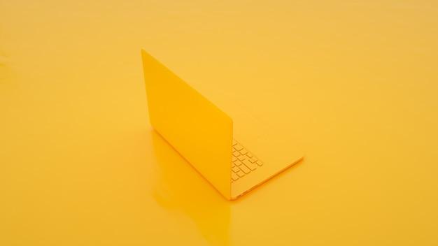 Gele laptop op gele achtergrond