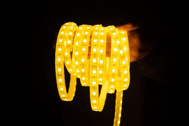 Gele ledstrip ter beschikking voor verlichting.
