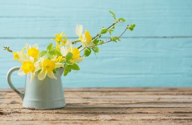 Gele lentebloemen op oude houten achtergrond