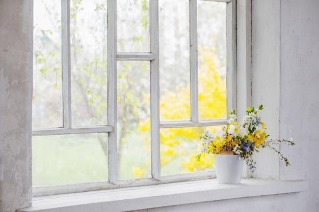 Gele lentebloemen op vensterbank