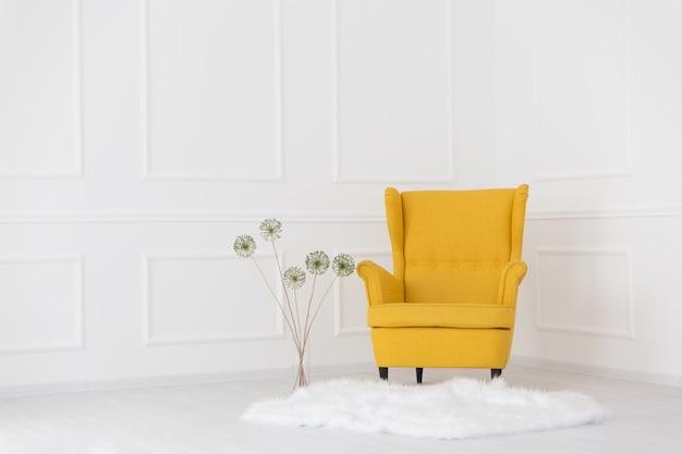 Gele leunstoel in het interieur