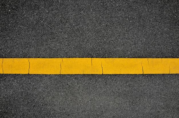 Gele lijn op asfaltweg