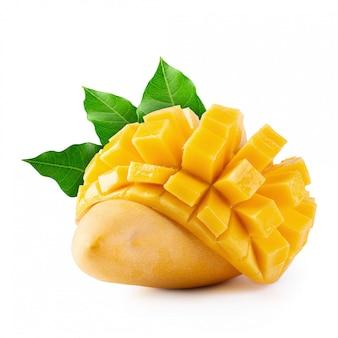 Gele mango die op een wit wordt geïsoleerd