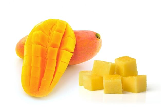 Gele mango die op een witte ruimte wordt geïsoleerd