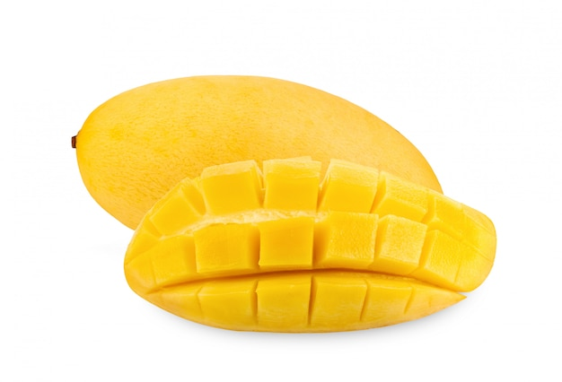 Gele mango die op wit wordt geïsoleerd