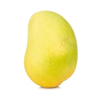 Gele mango die op witte achtergrond wordt geïsoleerd