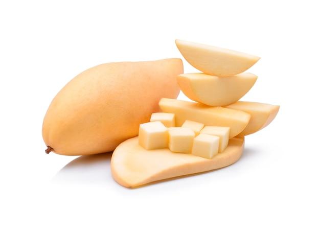 Gele mango op wit