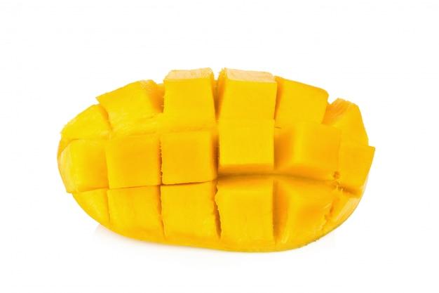 Gele mango. plak. kubus. geïsoleerd op witte achtergrond