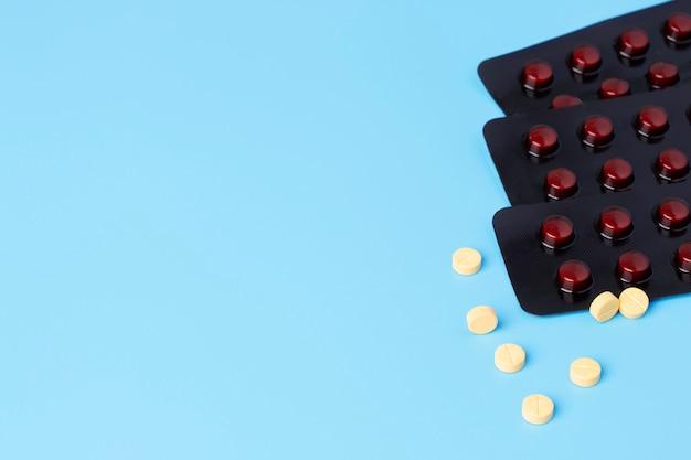 Gele medische pillen en tabletten.