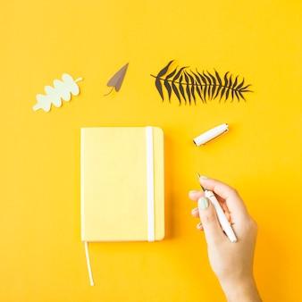 Gele minimalistische blocnote voor ingangen op een gele achtergrond
