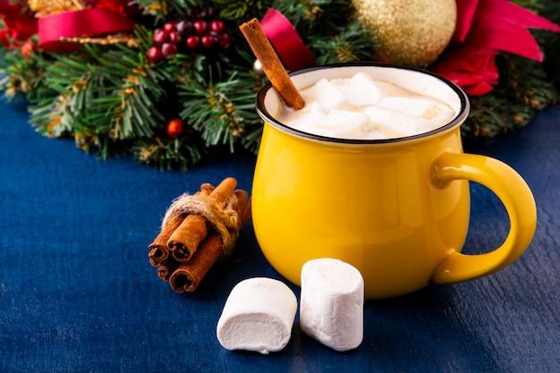 Gele mok met warme chocolademelk en marshmallows