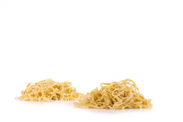 Gele noedels drogen geïsoleerd