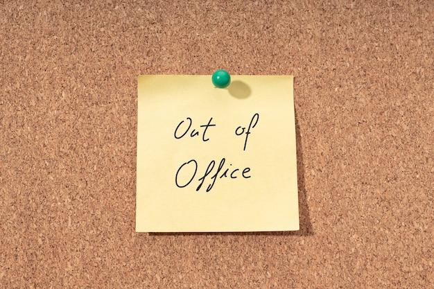 Gele notitie met zin niet op kantoor op kurkbord