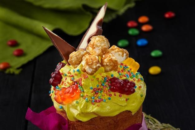 Gele opgeklopte eiwitten met zoetigheden oneaster cake