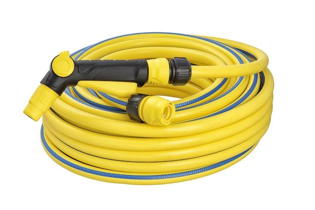 Gele opgerolde rubberen tuinslang met geïsoleerde snelkoppeling en spuitpistool Premium Foto