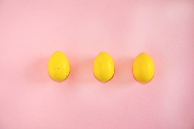 Gele paaseieren op roze achtergrond